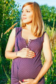 Young happy pregnant woman relaxing and enjoying life in nature — Stock fotografie
