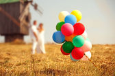 Wedding couple with balloons. — Stockfoto