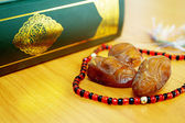 Date palm with quran — Stock Photo