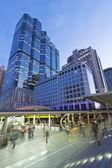 городская жизнь - небоскреб, высокое здание, башня бизнес и толпы людей на sky walk, ходьбы путь путь к sky поезд, общественный транспорт железнодорожному — Стоковое фото