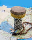 Drum, een rozenkrans, tickets en arabische munten op de kaart. — Stockfoto