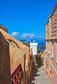 Narrow street in Oia, Santorini, sea view. — Stock Photo