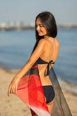 Модель красивая женщина в бикини на пляже — Стоковое фото