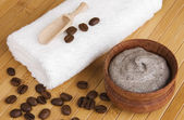 Homemade skin exfoliant (skin scrub) of ground coffee and sour cream — Stock Photo