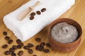 Homemade skin exfoliant (skin scrub) of ground coffee and sour cream — Stock Photo