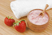 Homemade facial mask of strawberry and cream — Stock Photo