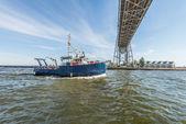 Blue boat in river — Stockfoto