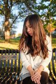 ベンチに座っている女性 — ストック写真