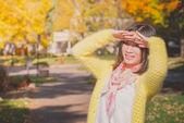 Mujer sola protección del sol — Foto de Stock