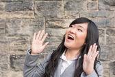 Taştan bir duvar tarafından gülüyor kadın — Stok fotoğraf