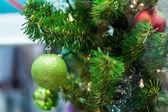 Decorazioni su un albero di natale — Foto Stock