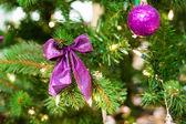 Decoraciones de la navidad en un árbol — Foto de Stock