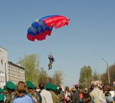 Parachutist on the blue sky — Stock Photo