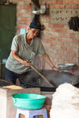 Vietnam, Mekong Delta-December 10, 2013. Man makes rice popcorn — Stock Photo