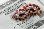Jewelry and money — Stock Photo