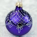 Kerstmis paarse bal — Stockfoto
