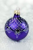 Bola de Navidad púrpura — Foto de Stock