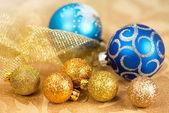 Golden und blau weihnachtskugel — Stockfoto