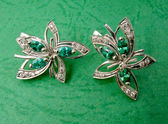 Golden jewelry with emerald and brilliants — Zdjęcie stockowe