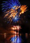 Coloratissime fuochi d'artificio in un cielo notturno — Foto Stock