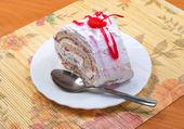 Tasty cake - biscuit roll with cream — Foto de Stock