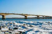 Bridge . Drifting Ice on river Volga. — Stock Photo