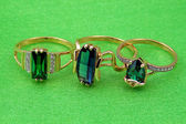 Elegant emerald jewelry — Stockfoto