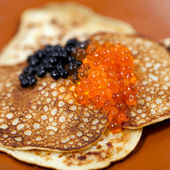 Russian traditional pancakes with caviar — Stockfoto