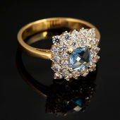Golden jewelry ring with sapphire and brilliants — Stock Photo