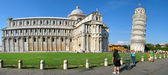 Cathedral complex in Italian city Pisa. Panoramic with La torre pendente di Pisa — Stock Photo