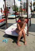 Jolie fille sur la plage — Photo