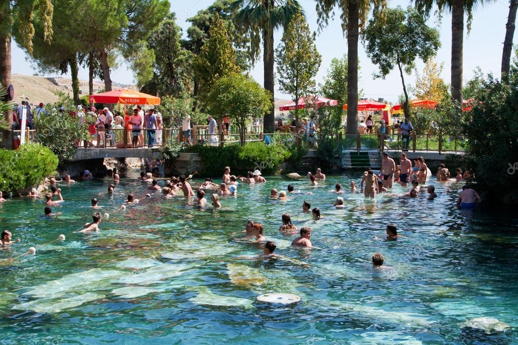 Gens nager dans une piscine antique de la reine cl op tre photo ditoriale - Nager dans une piscine ...