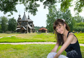 Beautiful girl in Suzdal city — Stock Photo