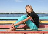 Bankta oturan kız — Stok fotoğraf