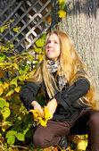 девушка в осенний сезон — Стоковое фото