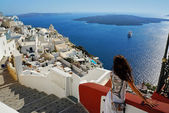 Beautiful woman on Santorini, Thira town — Stock Photo