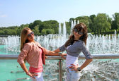 Girls posing near the  fountain — Stock Photo