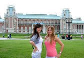 Girls in a park in Moscow city — Stockfoto
