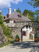 Picturesque house with a stone gate — Stock Photo