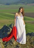 Jovem mulher exterior ao pôr do sol — Fotografia Stock