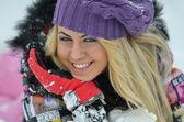 Genç kadın mor şapka — Stok fotoğraf