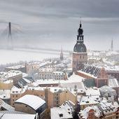 Areal vista sul paesaggio urbano di riga nella nebbia, lettonia — Foto Stock