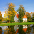 House at the lake bank in autumn. Sigulda, Latvia — Стоковая фотография