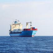 在寂静的水 conteiner 货物的船 — 图库照片