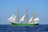 Antigo navio histórico verde alto com velas brancas no mar azul — Fotografia Stock
