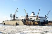 Traversier pour passagers blancs sont fixée sur le quai du chantier naval de la — Photo