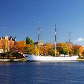 Barco blanco la ciudad puerto de estocolmo. suecia — Foto de Stock