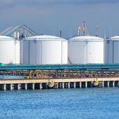 Olio di grandi serbatoi di carburante nel porto di ventspils — Foto Stock
