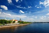 在阳光灿烂的日子,拉脱维亚的里加路堤上一般视图 — 图库照片