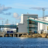 Olio di grandi serbatoi di carburante nel porto di ventspils, lettonia — Foto Stock